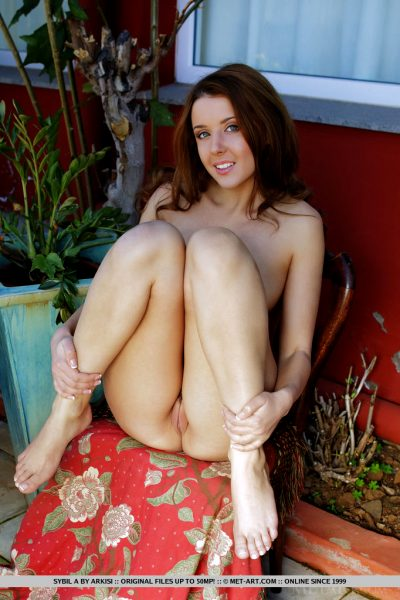 sybil-a-likes-to-pose-naked-outdoors_007